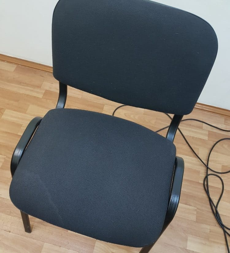 Чистка стульев в учебном заведении после