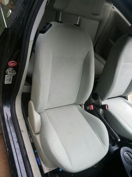 Чистка передних седений автомобиля после