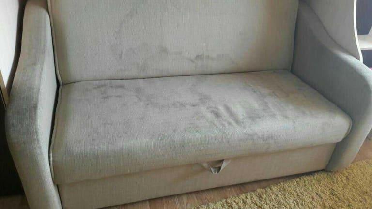 Чистка светло-серого дивана после залития кофе до