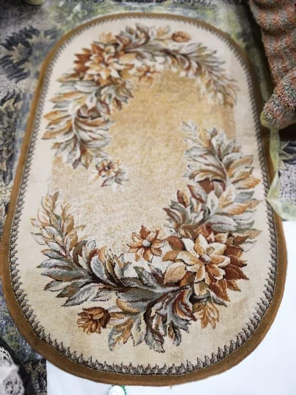 Чистка коврика с рисунком с плотным средним ворсом после