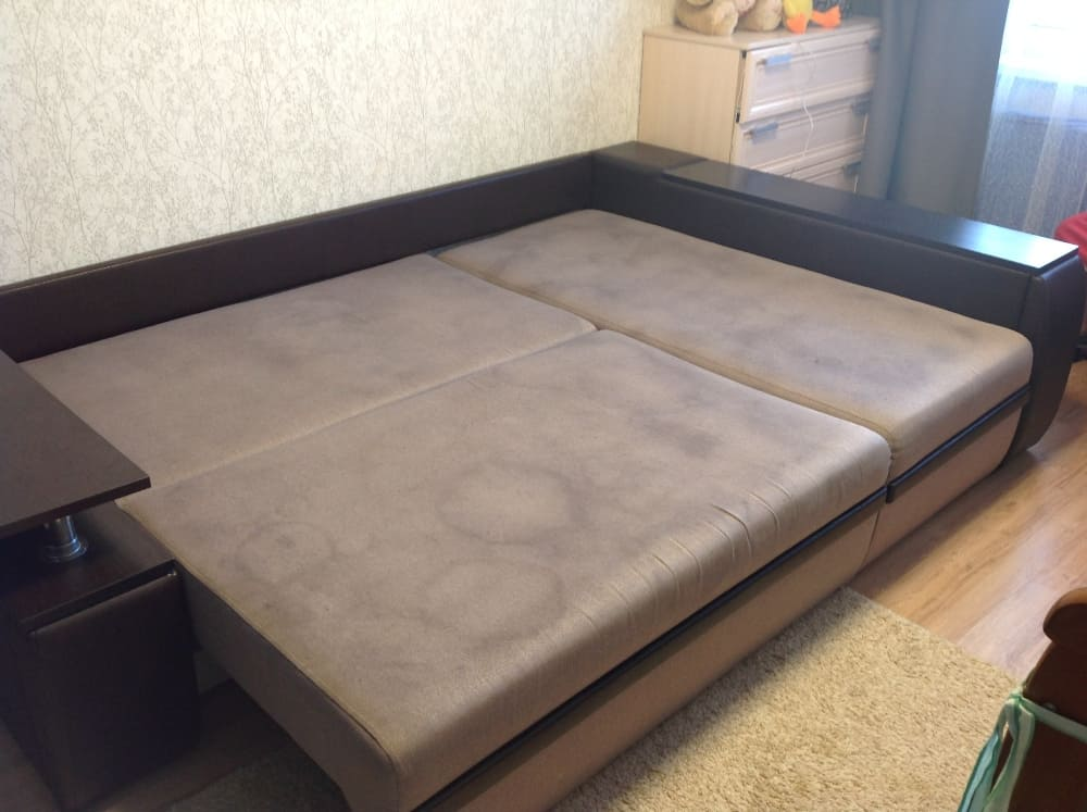 Чистка углового дивана с сильными загрязнениями до