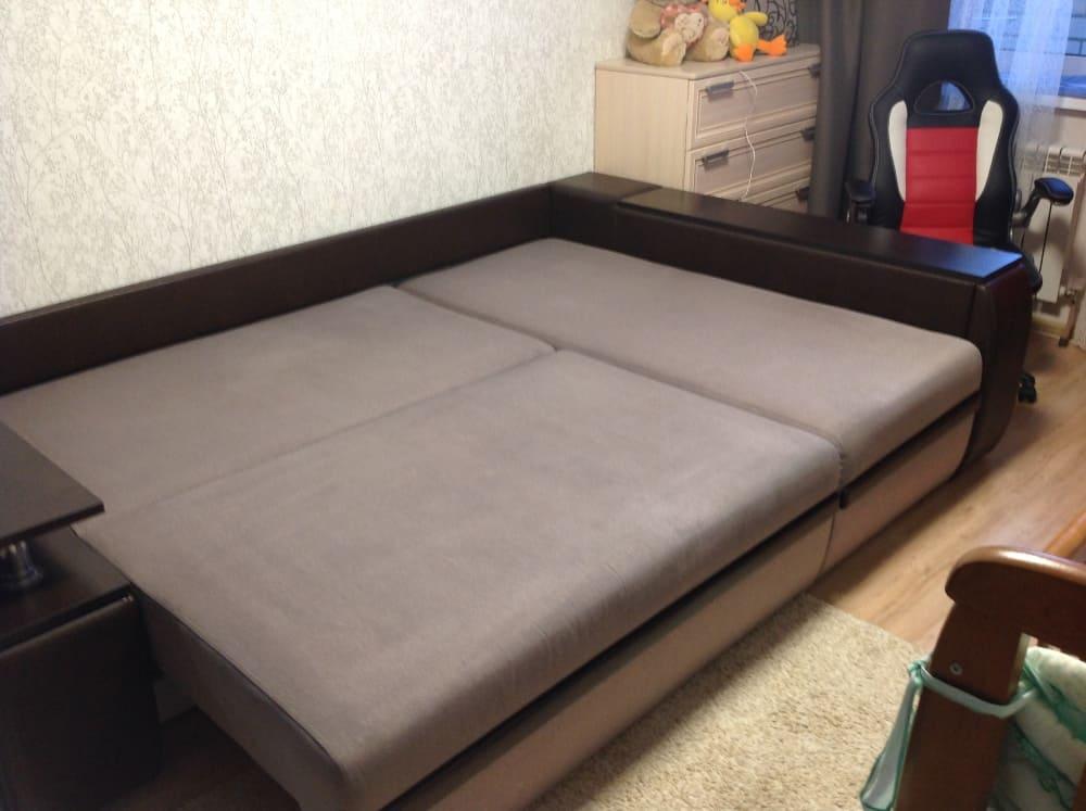 Чистка углового дивана с сильными загрязнениями после