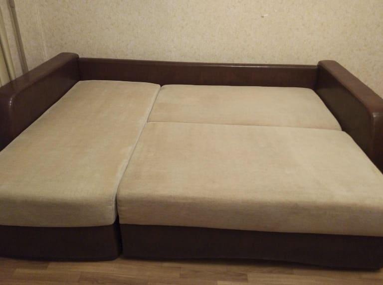 Чистка большого дивана после