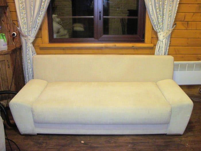 Чистка бежевого дивана после