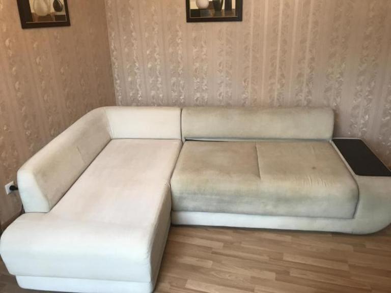 Процесс чистки белого дивана и грязь от половины дивана до