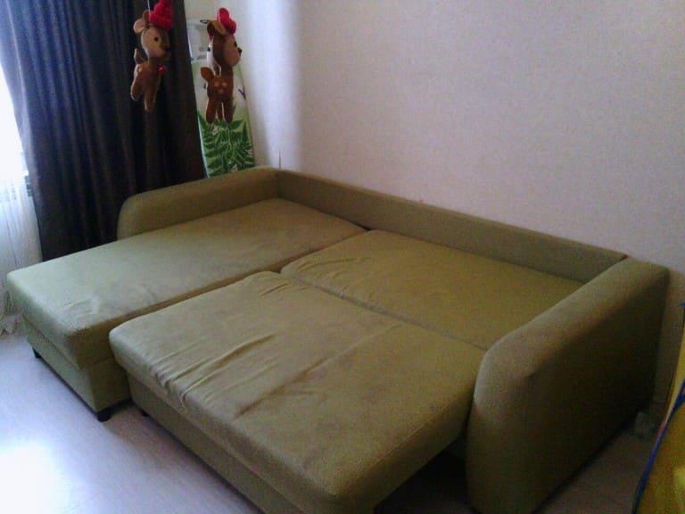 Чистка большого раскладного мягкого дивана до