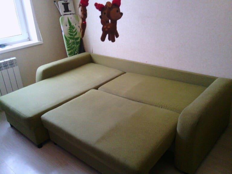 Чистка большого раскладного мягкого дивана после