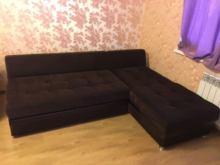 Чистка тёмного углового дивана с ворсом после